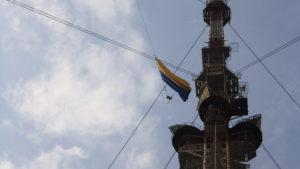 В Бильмакском районе подняли сине-желтый флаг на высоту 390 метров