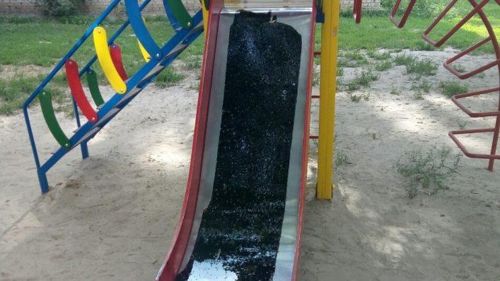 В Мелітополі дитячий майданчик залили смолою (ФОТО)