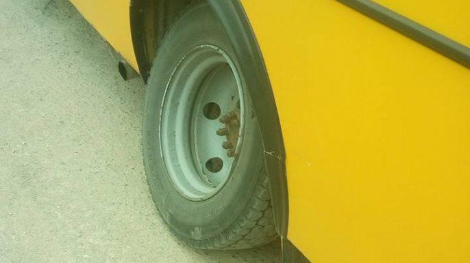 В запорожской маршрутке чуть не отпало колесо - в салоне были люди (ФОТО)