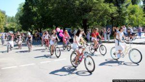 З іграшками та квітами: у Запоріжжі дівчата провели велопарад в центрі міста - ФОТО
