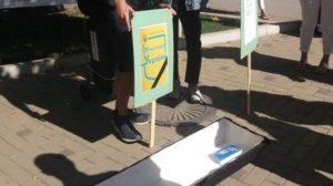 В ЗНУ на День знань студенти принесли труну: вимагали занять російською мовою, - ФОТО