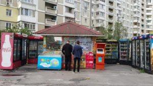 В Запорожье 18-летний парень в униформе полиции обокрал торговый киоск в центре города