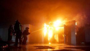 Масштабну пожежу на рибному складі у Запоріжжі гасили 45 пожежників, – ФОТО, ВІДЕО