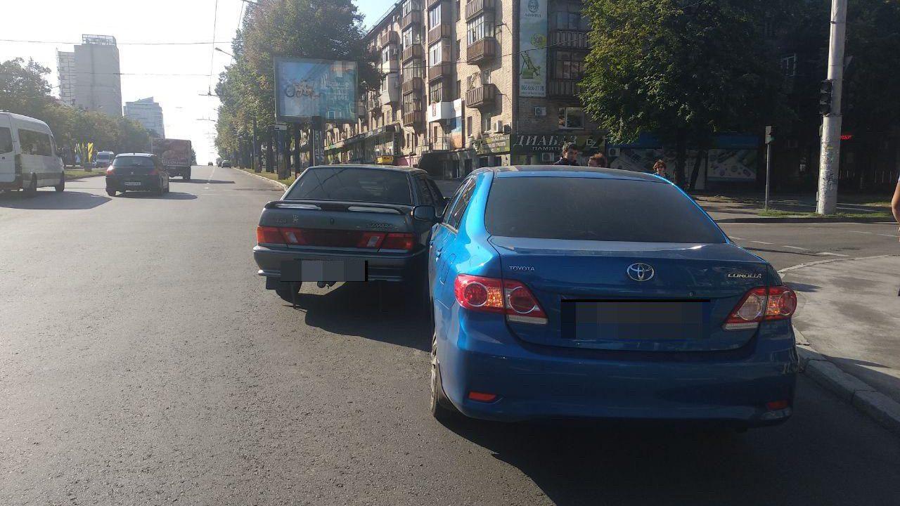 В центре Запорожья ВАЗ столкнулся с Toyota – ФОТО