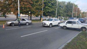 В Запорожье напротив мэрии «Жигули» после ДТП вылетел на зеленую зону – ФОТО
