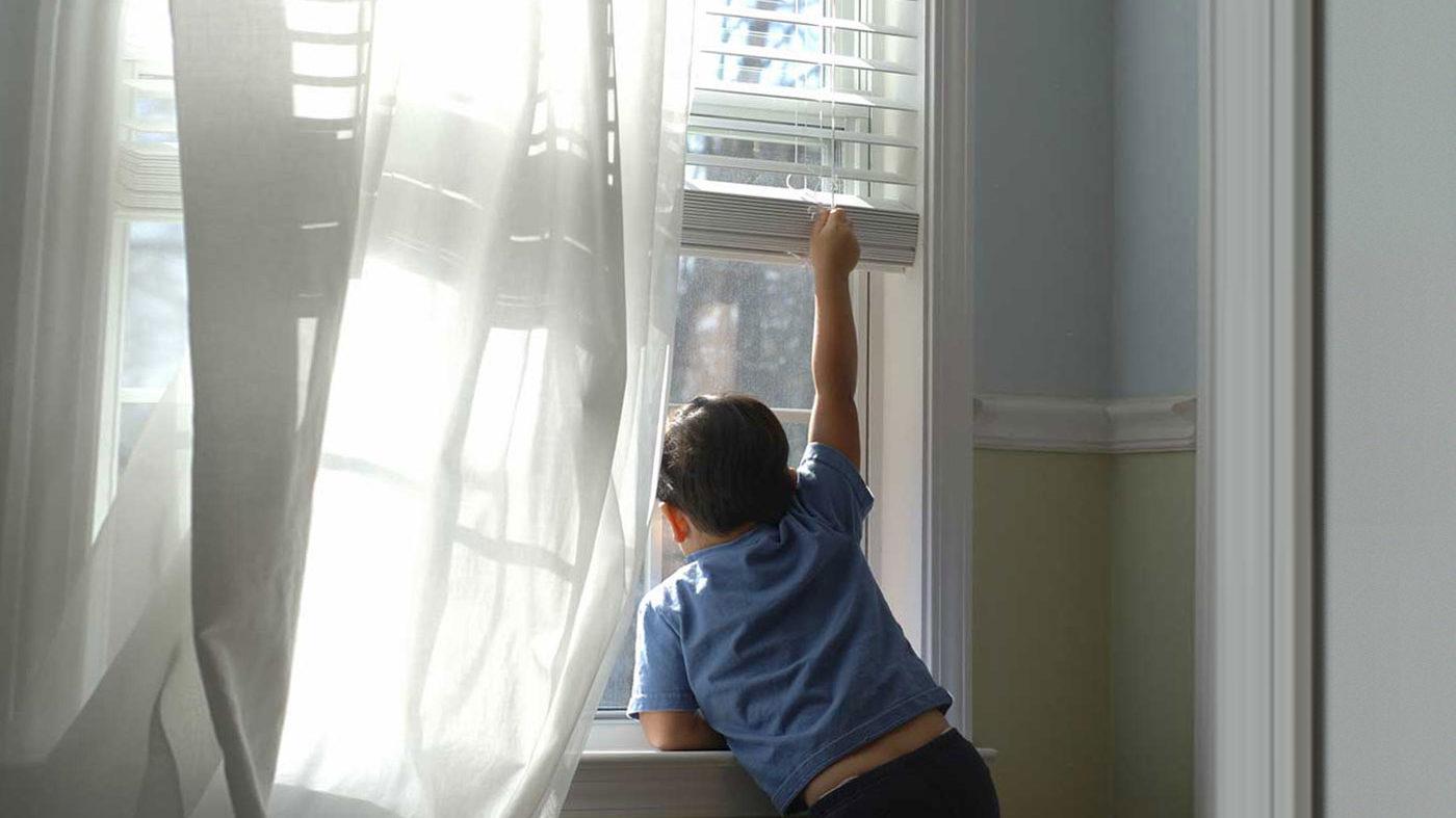 В Запоріжжі з вікна багатоповерхівки випала дитина