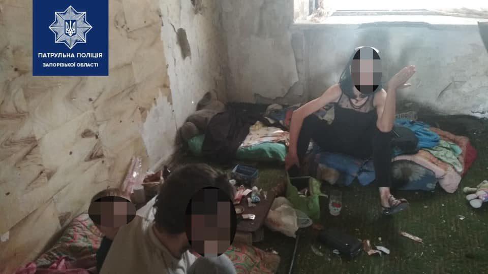 У Запоріжжі поліцейські вилучили 4-річну дитину у батьків-безхатьків: сім'я жила у покинутому будинку, – ФОТО