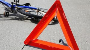Невдало розвернувся: у Запоріжжі велосипедист потрапив під авто, — ВІДЕО