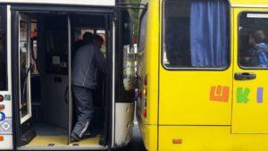 У центрі Запоріжжя в аварію потрапив шкільний автобус, — ФОТО