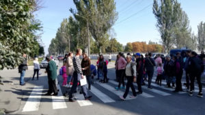 У Запоріжжі батьки школярів перекрили дорогу, — ФОТО