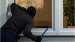 Віджимав металопластикові вікна та обкрадав житло: у Мелітополі затримали серійного крадія