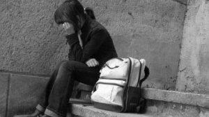 Мать уехала в Турцию, отец стелил на полу: почему в Запорожье ушла из дома девочка-подросток