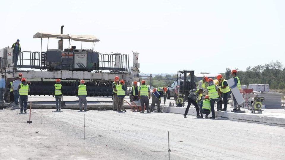 У Запоріжжі продовжується ремонт злітно-посадкової смуги аеропорту: обіцяють завершити до середини жовтня, – ФОТО