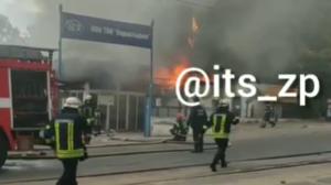В Запорожье произошел пожар на территории автосалона: огонь тушили 23 спасателя, - ВИДЕО