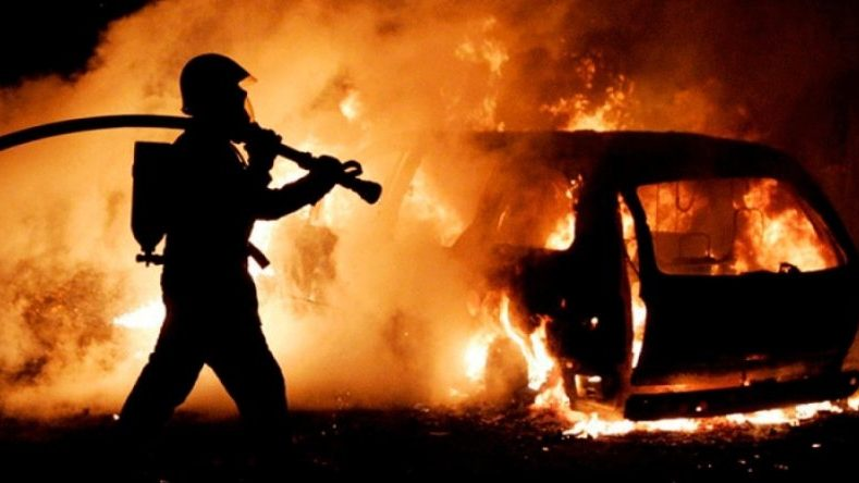 У центрі Запоріжжя згорів припаркований дорогий позашляховик, — ВІДЕО