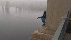В Запоріжжі чоловік намагався вкоротити собі віку, стрибнувши з мосту, — ВІДЕО