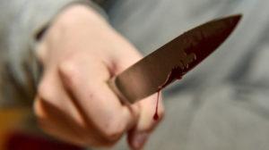 В Запоріжжі скоїли напад на дівчину: потерпілу з ножовим пораненням доправили до лікарні