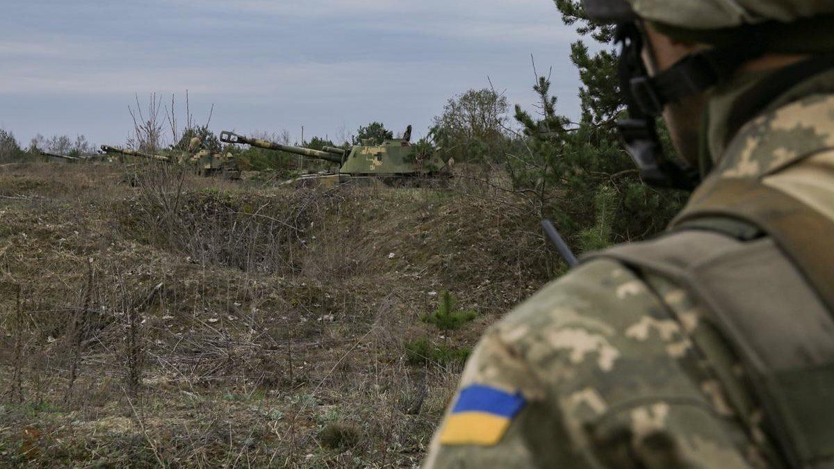 Новини з фронту: на Донбасі бойовики скидали гранати з дронів, один військовий поранений