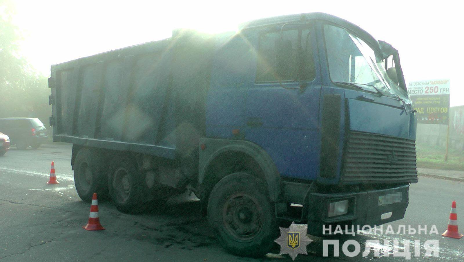 В Запоріжжі на пішохода наїхала вантажівка: жінка померла у лікарні, — ФОТО