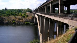 Через запорізькі мости рух вантажівок заборонено — міська рада