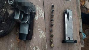 Поліцейські затримали запоріжанку, яка ходила по вулиці з зарядженим пістолетом, — ФОТО
