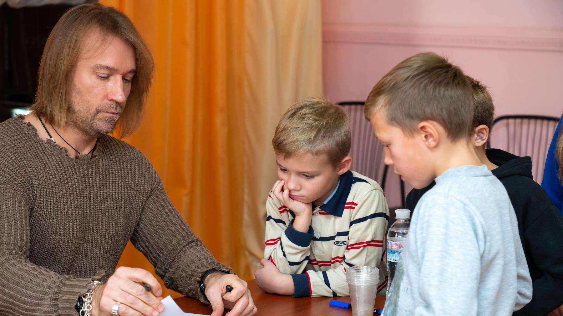 Олег Винник перед своим концертом в Запорожье посетил детский дом, – ФОТО