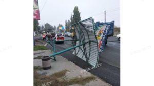 В Запорізькій області вантажівка влетіла в зупинку, — ФОТО, ВІДЕО