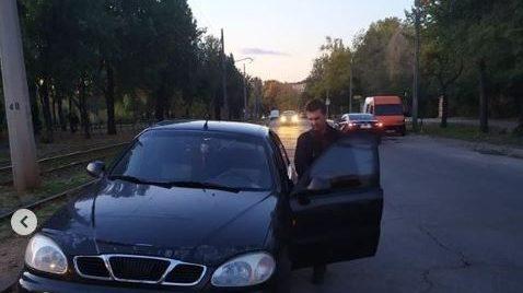 В Запоріжжі водій заблокував проїзд трамваю  через купівлю алкоголю, — ФОТО