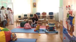 У Запорізькому дитячому будинку росте дівчинка, кинута сурогатною матір'ю та батьками з США, — ВІДЕО