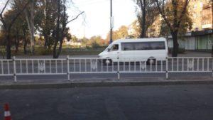 На центральном проспекте Запорожья устанавливают забор, украшенный национальной символикой
