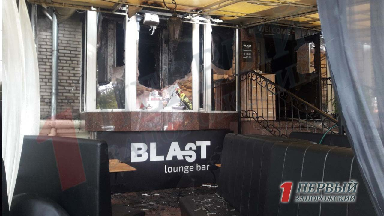 В самом центре Запорожья напрочь выгорело кафе, — ФОТО, ВИДЕО