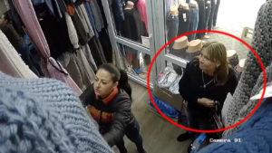 Краде посміхаючись: у Запоріжжі злодійка попалася на камеру, — ВІДЕО