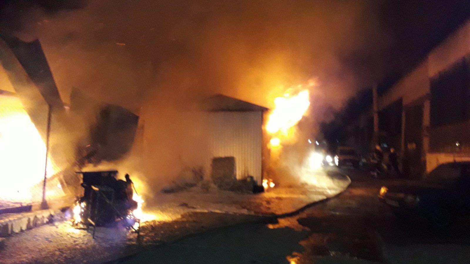 В Запоріжжі з невідомих причин загорілася баня в приватному будинку, — ФОТО