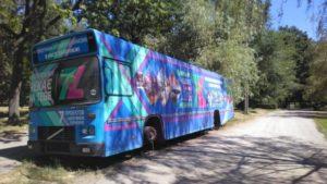 Автобус-бібліотеку, який стоїть у