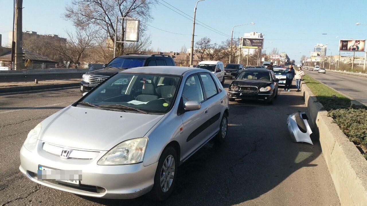 В центрі Запоріжжя сталася ДТП: один з автомобілів сильно постраждав, — ФОТО