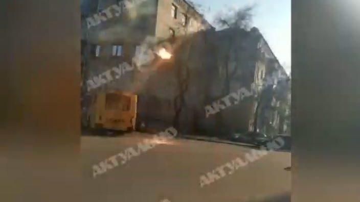 В центрі Запоріжжя ледь не загорівся тролейбус, — ВІДЕО