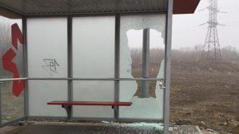 В Запоріжжі вандали розгромили скляну зупинку, — ФОТО