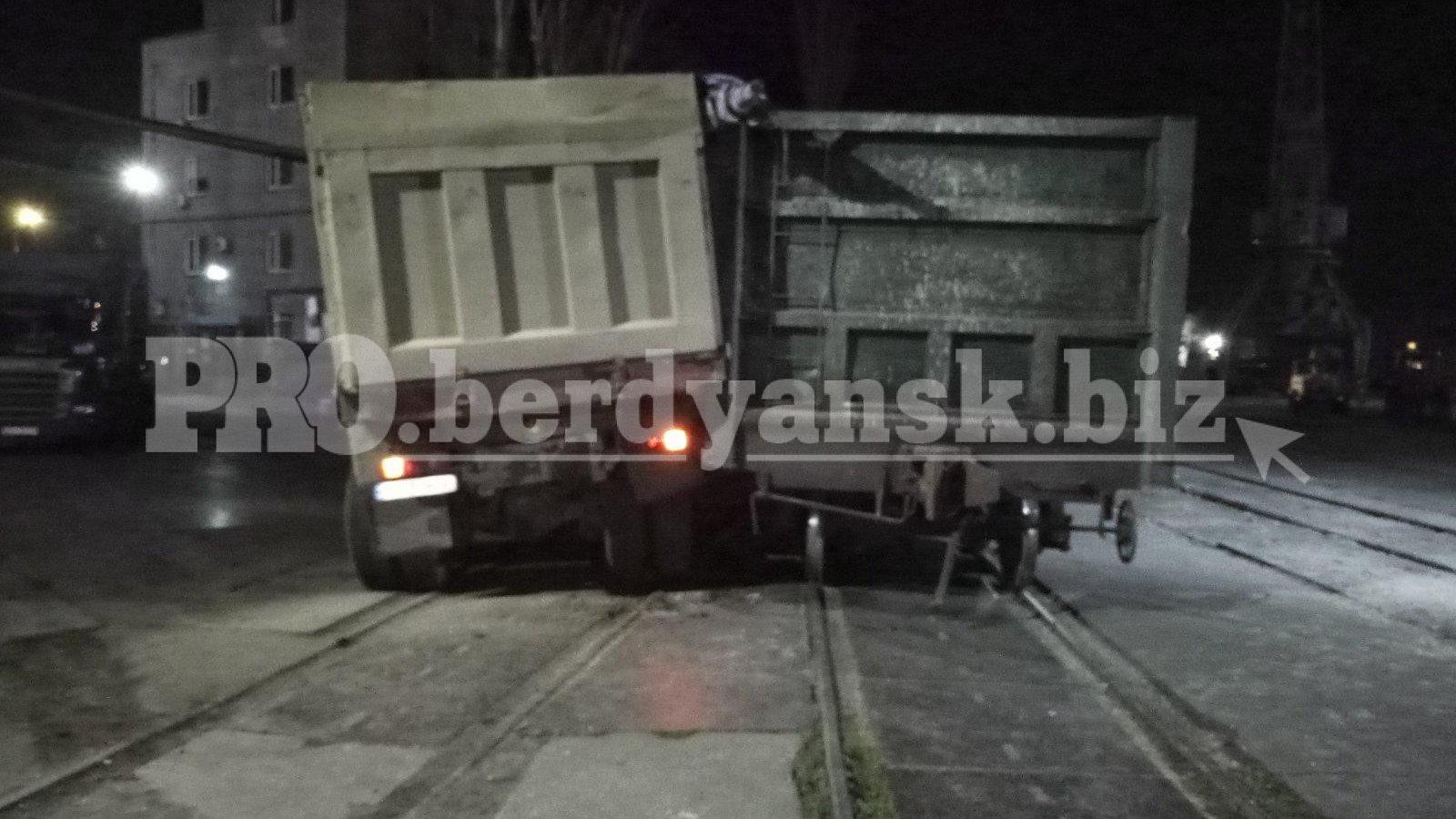 В Запорожской области столкнулись поезд и зерновоз - ФОТО