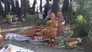 Запоріжанку, яка залишила дітей на безхатченків, позбавили батьківських прав