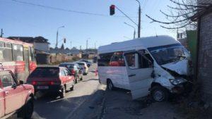 У Запоріжжі не поділили дорогу два мікроавтобуси Mercedes: постраждали водії, — ФОТО