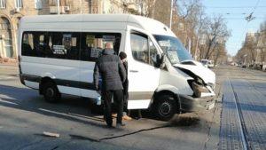 В центрі Запоріжжя в аварію потрапила маршрутка: постраждали пасажири, — ФОТО