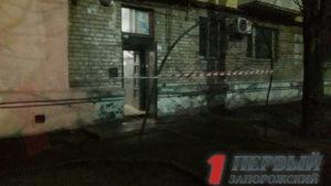 У Запоріжжі в під'їзді п'ятиповерхівки виявили гранату: на місці працюють вибухотехніки, — ФОТО