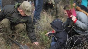 У Запоріжжі на Хортиці солдати Нацгвардії разом з дітьми висадили 200 дубків і сосен, – ФОТОРЕПОРТАЖ