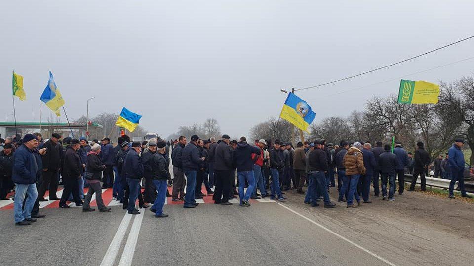 В Запорожской области перекрыли трассу: аграрии требуют приостановить продажу земли, — ФОТО