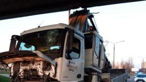 Не розрахував: п'яний водій турецької Onur застряг під мостом, — ФОТО