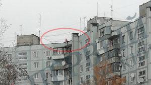 У Запоріжжі жінка, що сиділа на даху дев'ятиповерхівки, привернула увагу роззяв та поліції, — ФОТО