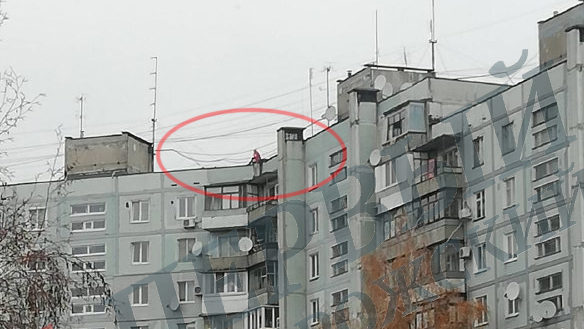 В Запорожье женщина, сидевшая на крыше девятиэтажки привлекла внимание зевак и полиции, — ФОТО