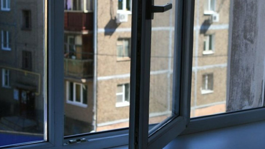 У Запоріжжі чоловік впав з 4-го поверху: він спіткнувся в під'їзді і випав з вікна