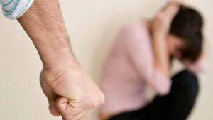 Вигнав з квартири і забрав немовля: в Запоріжжі чоловік знущався над дружиною