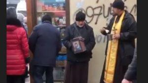 В Запорізькій області чоловіки в церковних рясах збирають гроші на неіснуючий храм, — ВІДЕО